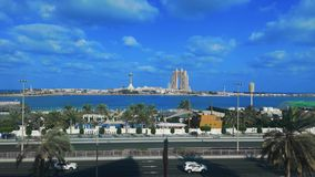 Zeitspanneansicht des berühmten Marksteins Marina Mall, Jachthafenaugenrad Abu Dhabi-Stadt, des Fairmont Marina Residences und de stock footage