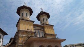 Zeitspanneansicht einer Kathedrale in Buzau stock video