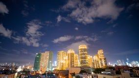 Zeitspanneansicht von Makati-Wolkenkratzern in Manila-Stadt Skyline nachts, Philippinen Stockbilder