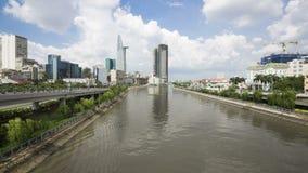 Zeitspanneansicht von Tau Hu-Kanal und Bitexco finanzieren Gebäude in Ho Chi Minh Stadt stock video