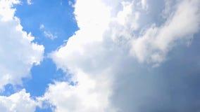 Zeitspanneclip von Weiß bewölkt blauen Himmel stock footage