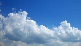 Zeitspanneclip von weißen Wolken stock video