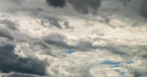 Zeitspanneclip von weißen flaumigen rollenden Sturmwolken über blauem Himmel stock video footage