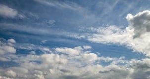 Zeitspanneclip von wei?en flaumigen rollenden Wolken vor dem hintergrund der gelben mehrst?ckigen Wohngeb?ude stock video