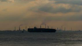Zeitspannefilm von Produktionsanlagen für Brennstoffe, Schmiermittelbasisöl und Spezialitätenchemikalien in Pulau Bukom mit Behäl stock video footage