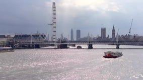 Zeitspannegesamtlänge von London-Skylinen an einem bewölkten Nachmittag stock footage