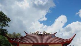 Zeitspannegesamtlänge von weißen flaumigen Sturmwolken an einem sonnigen Tag des blauen Himmels stock video footage