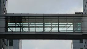 Zeitspannegeschäftsleute Schattenbilder gehen Durchgangsgebäude stock video