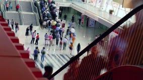 Zeitspanneleute an der Rolltreppe im Einkaufszentrum stock footage
