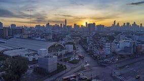 Zeitspannenacht zum Tag: Morgensonnenaufgang Morgenverkehr die Farbe, die das rote Licht vor der Station trennt stock video