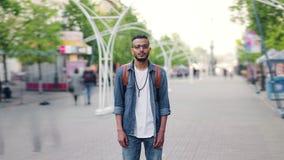 Zeitspanneporträt des nahöstlichen Mannes mit dem Rucksack, der in der Straße steht stock footage