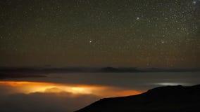 Zeitspanneschuß der erstaunlichen langen Belichtung stabiler des Nordlichtnächtlichen himmels mit langsamem hellem Sternmeteorsch stock footage
