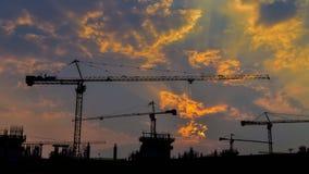 Zeitspannesonnenuntergang und -schattenbild strecken das Arbeiten in der großen Baustelle stock footage