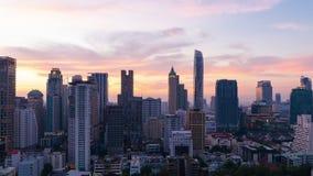 Zeitspannetag zur Nacht des modernen Gebäudes im Kerngebiet mit Bewegungszoom in Bangkok stock footage