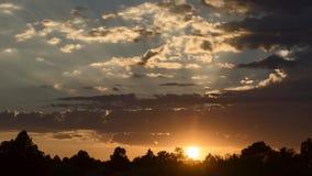 Zeitspannevideo der Sonneneinstellung mit den Strahlen des Lichtes bewegend durch die Wolken stock video footage