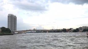 Zeitspannevogelperspektive von Bangkok-Wolkenkratzer neben Fluss im Herzen der Thailand-Hauptstadtbrücke stock video