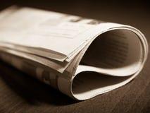 Zeitung auf der Tabelle Lizenzfreie Stockbilder