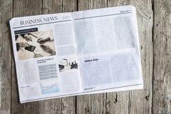 Zeitung auf Holztisch stockbild