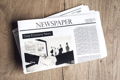 Zeitung auf Holztisch stockbilder