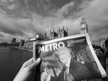 Zeitung, die Jeremy Corbyn in London Schwarzweiss zeigt Stockfoto