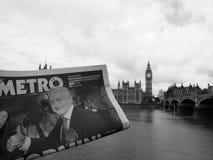 Zeitung, die Jeremy Corbyn in London Schwarzweiss zeigt Lizenzfreies Stockfoto