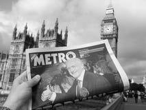 Zeitung, die Jeremy Corbyn in London Schwarzweiss zeigt Stockfotos