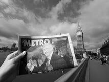 Zeitung, die Jeremy Corbyn in London Schwarzweiss zeigt Stockbilder