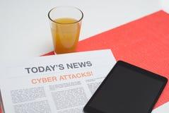 Zeitung gelesen am Frühstück lizenzfreies stockbild