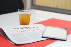 Zeitung gelesen am Frühstück stockfoto