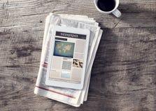 Zeitung mit digitaler Tablette auf Holztisch lizenzfreies stockfoto