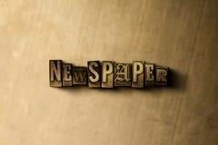ZEITUNG - Nahaufnahme des grungy Weinlese gesetzten Wortes auf Metallhintergrund Stockfotos