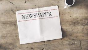 Zeitung und Kaffee auf hölzernem Hintergrund stockfoto