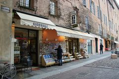 Zeitung und Souvenirladen auf Marktplatz Sordello in Mantua, Italien Lizenzfreie Stockbilder