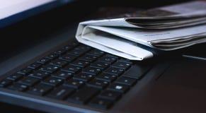 Zeitungen auf dem Laptop Getrennt auf Weiß Stockbilder
