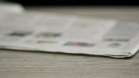 Zeitungen, die oben anhäufen stock video footage