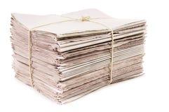 Zeitungen gebunden mit Seil stockbild