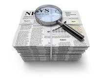 Zeitungen mit Vergrößerungsglas Stockfotografie