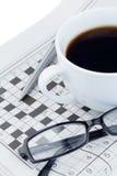 Zeitungen und Kreuzworträtsel Stockbild
