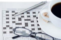 Zeitungen und Kreuzworträtsel Stockfotos