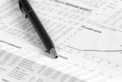 Zeitungs-Analyse der Finanzmärkte Lizenzfreies Stockfoto