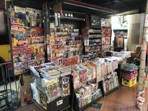 Zeitungs- und Zeitschriftenaufstraßenstall in Hong Kong Lizenzfreie Stockbilder