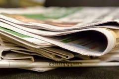 Zeitungsrandstapel Kaffee-Seitenabstand des Papierausgabennachrichtenklatschinformationsquellemorgentraditionsfrühstücks neuer stockfoto