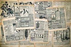 Zeitungsseiten mit antiker Werbung Stockbild