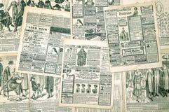 Zeitungsseiten mit antiker Werbung Modezeitschrift lizenzfreie stockfotos