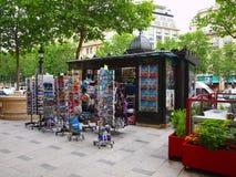 Zeitungsverkäufer entlang der Straße in Paris. 19. Juni 2012. Lizenzfreie Stockfotografie