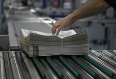 Zeitungsverpackung und -verteilung stockfotografie