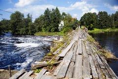 Zeitwurm und beschädigt durch Wasserholzbrücke lizenzfreie stockfotos