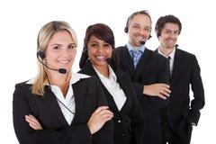 Zeker commercieel team met hoofdtelefoons royalty-vrije stock afbeelding