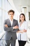 Zeker commercieel team van mens en vrouw die zich met gekruiste handen, het concept van de teamgeest, paar de bevinden van succes Royalty-vrije Stock Foto's