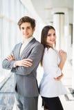 Zeker commercieel team van mens en vrouw die zich met gekruiste handen, het concept van de teamgeest, paar de bevinden van succes Stock Afbeelding
